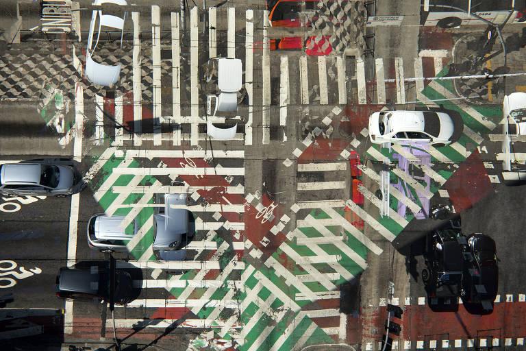 Cruzamento da av. Paulista com a rua da Consolação, no centro paulistano, em imagem em dupla exposição