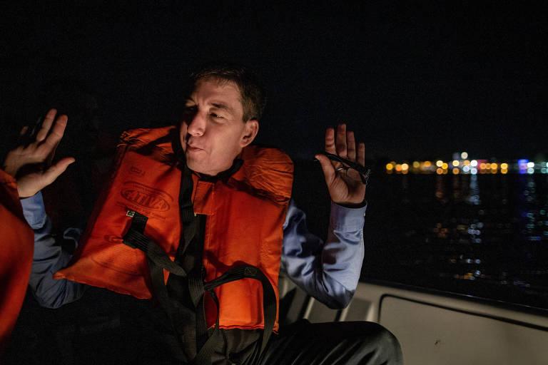 Glenn Greenwald chega de barco ao local de realização do evento