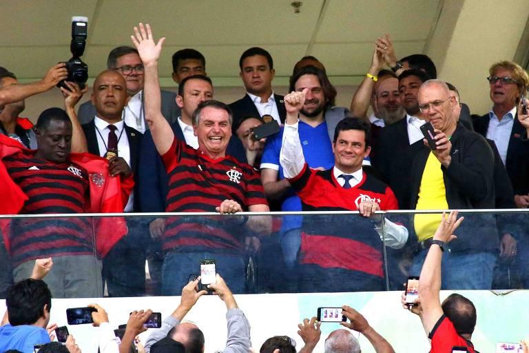 Jair Bolsonaro e Sergio Moro com camisas do Flamengo em partida do clube contra o CSA, em Brasília