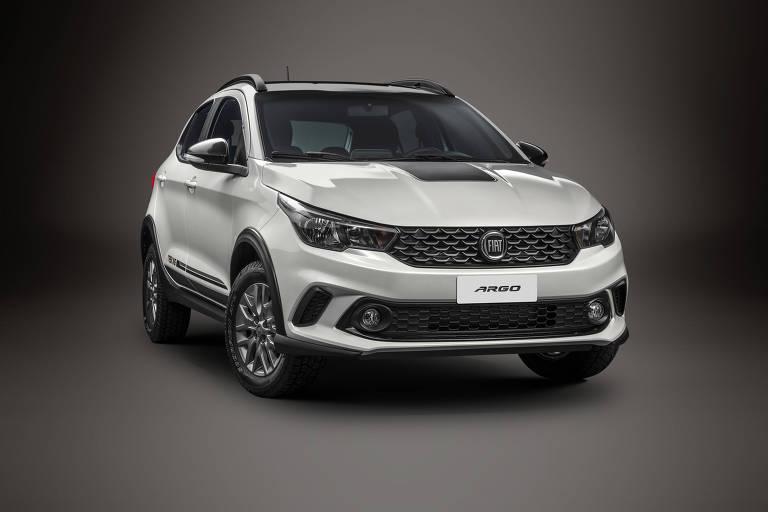 Novo Fiat Argo Trekking enfrenta o líder Chevrolet Onix Activ, que já se prepara para a despedida
