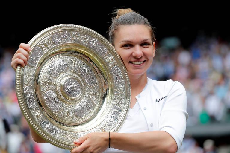 Simona Halep com o troféu de Wimbledon, conquistado neste sábado (13)