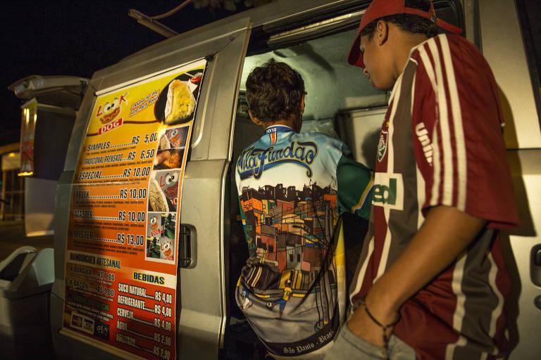 De costas, meninos dentro de uma van