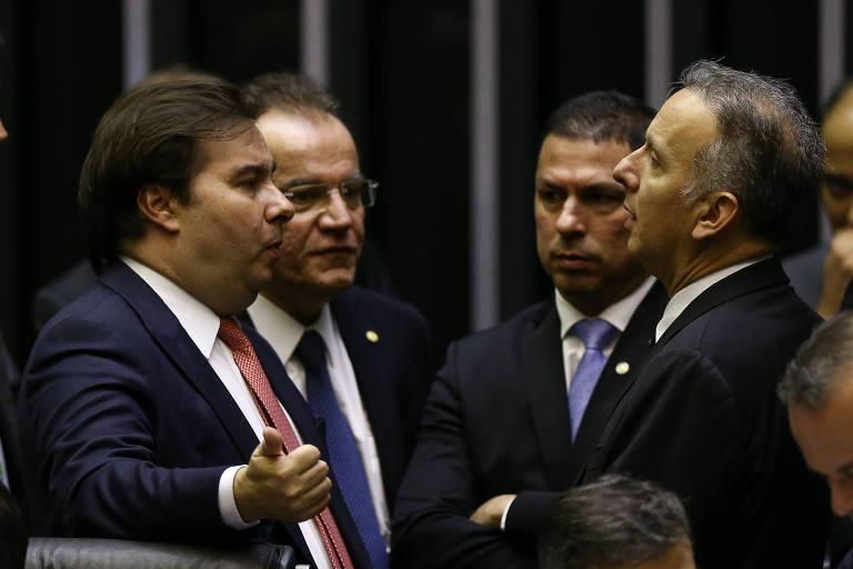 O presidente da Câmara, Rodrigo Maia (DEM-RJ), ao lado do deputado Samuel Moreira (PSDB-SP) e de líderes do Centrão