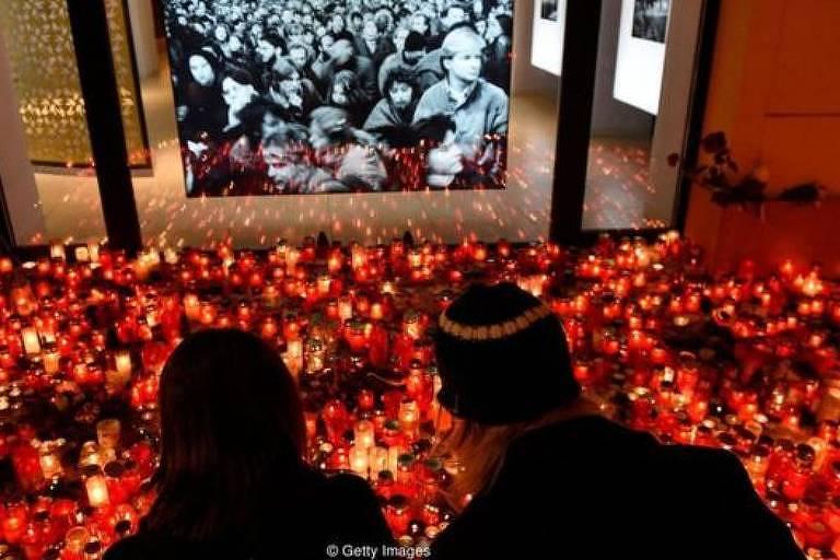 Um casal comemora a Revolução de Veludo de 1989, que ajudou a derrubar o regime comunista na antiga Tchecoslováquia