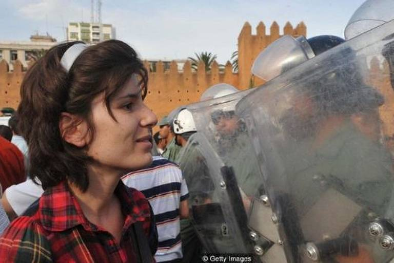 Manifestante pró-reforma desafia as forças de segurança no Marrocos em 2011