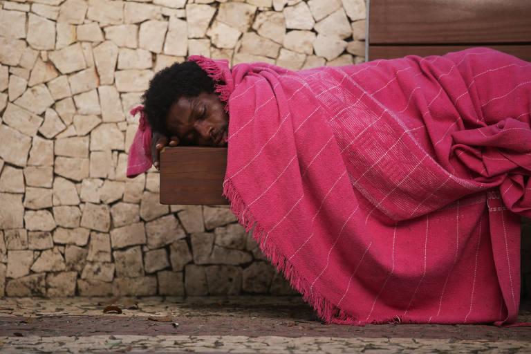 Homem dorme na praça da Inglaterra, em Salvador