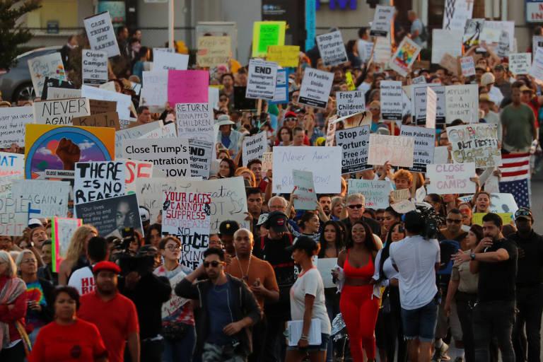 Manifestantes protestam contra operações para prender imigrantes