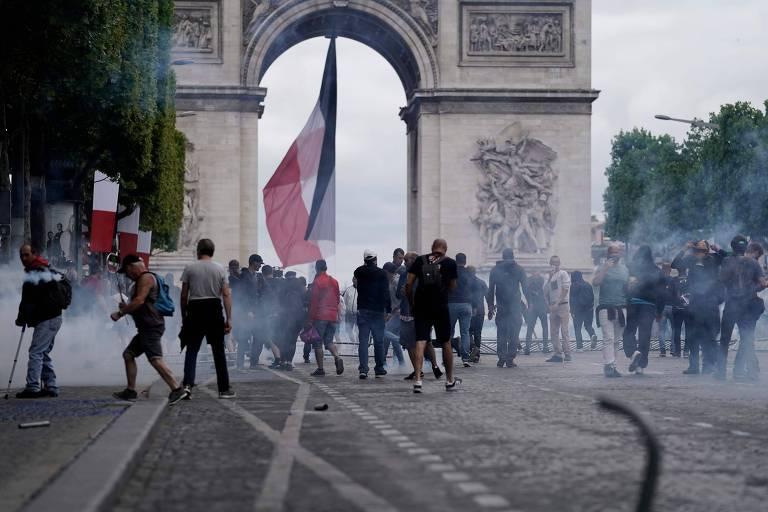 Manifestantes ligados ao movimento de coletes amarelos entram em confronto com a polícia após desfile militar em celebração ao aniversário da Queda da Bastilha