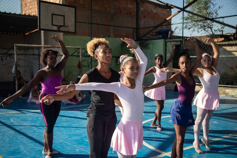 Tuany Nascimento, 25, ensina meninas a dançar balé em quadra esportiva no Complexo do Alemão, no Rio