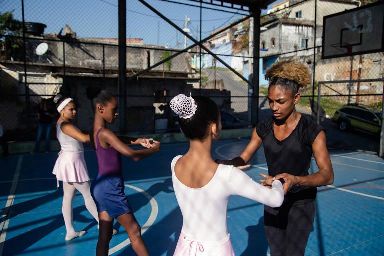 Dançarina abre escola de balé para crianças no Alemão