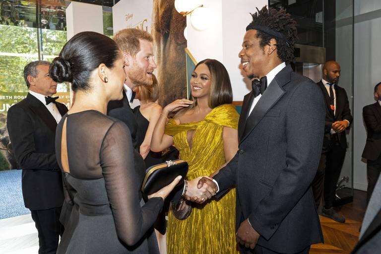 """Beyoncé e Jay-Z cumprimentam o princípe Harry e sua mulher Meghan Markle, durante première europeia do live-action de """"O Rei Leão"""", em Londres"""