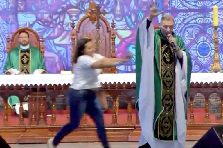 Padre Marcelo Rossi é empurrado por mulher durante missa