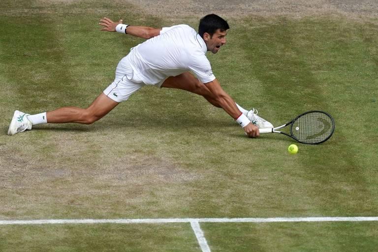Novak Djokovic se estica para devolver ataque de Roger Federer na final de Wimbledon