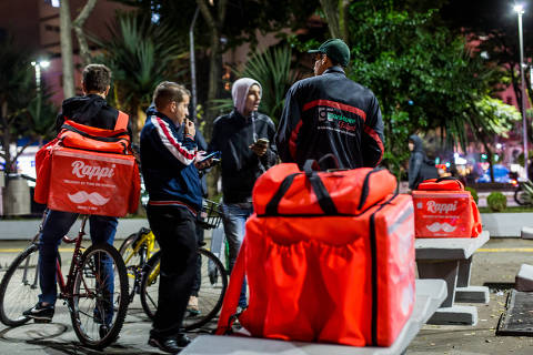 SAO PAULO, SP, BRASIL, 05-07-2019 - NOVOS ENTREGADORES - Quem são os novos entregadores que invadiram a cidade, com motos, bicicletas e patinetes. Grupo se reúne na Praça Osvaldo Cruz a espera de chamadas. (Foto: Ronny Santos/Folhapress, COTI)