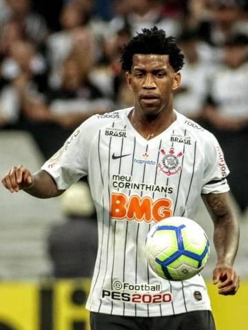 O zagueiro Gil, que retornou ao Corinthians neste domingo (14), tenta dominar a bola na partida contra o CSA, em Itaquera