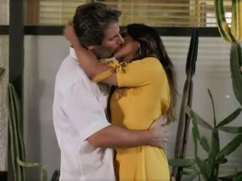 Janaina (Dira Paes) beija Raimundo (Flávio Tolezani)