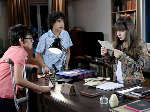 Poliana encontra uma caixa com cartas escritas por sua mãe no escritório de Luisa
