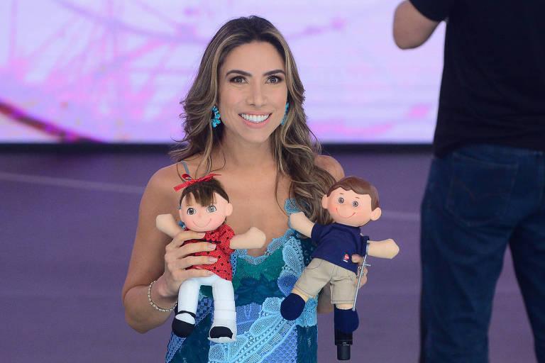 Patrícia Abravanel mostra os bonecos da campanha do Teleton