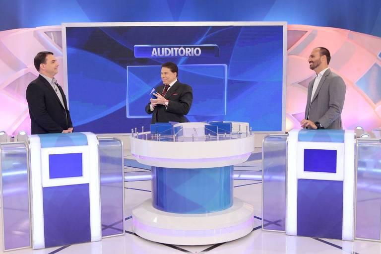Silvio Santos recebe Flávio e Eduardo Bolsonaro no quadro Jogo das 3 Pistas