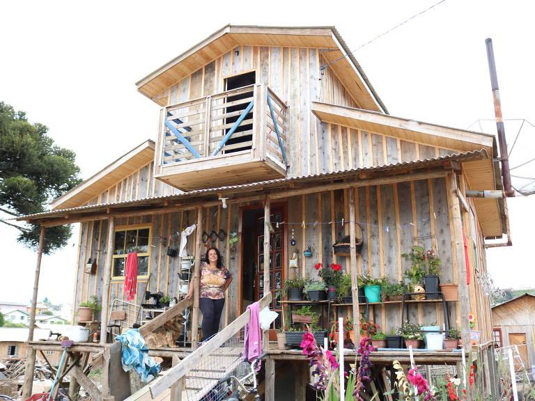 Valdeci em frente a sua casa em São Joaquim (SC), reformada com o dinheiro de microcrédito humanizado