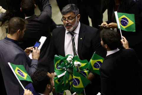 BRASILIA, DF,  BRASIL,  10-07-2019, 12h00: O deputado Alexandre Frota (PSL-SP) distribui bandeiras do BRasil. Deputados do PSL erguem bandeiras do Brasil momentos antes da votação do texto base da reforma. Plenário da câmara dos deputados segue na votação da Reforma da Previdência. O presidente da casa, deputado Rodrigo Maia (DEM-RJ) preside a sessão. (Foto: Pedro Ladeira/Folhapress, PODER)