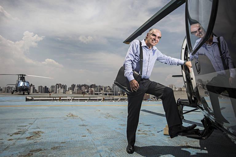 O empresário Michael Klein posa para foto ao lado do Helicóptero, no heliponto das Casas Bahia, em São Caetano do Sul (SP). Após vender a maior parte das ações das Casas Bahia para o Grupo Pão de Açucar, Klein focará agora ao consumidor de alta renda. (Foto: Eduardo Knapp/Folhapress, MERCADO)