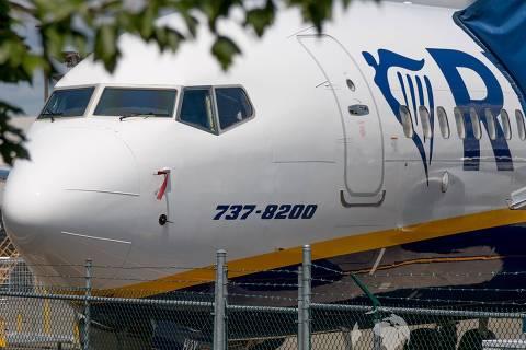 Um 737 MAX 8 aguarda a entrega para a Ryanair na fábrica da Boeing em Renton, nos EUA; na fuselagem, o nome do avião foi alterado para 737-8200