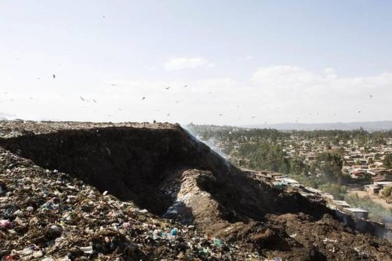 As montanhas de lixo - formadas por metais, vidros, plásticos e matéria orgânica - são muito frágeis para resistir a distúrbios fortes