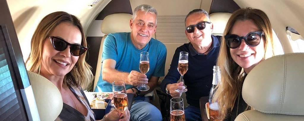 O locutor Galvão Bueno e sua mulher, Desiree Soares, levaram os amigos Patti e Mauro Naves em viagem de jatinho para conhecer vinícola no Rio Grande do Sul