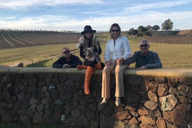 O locutor Galvão Bueno e sua mulher, Desiree Soares, levaram os amigos Patrícia e Mauro Naves em viagem de jatinho para conhecer vinícola no Rio Grande do Sul