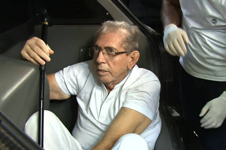 João de Deus em carro de escolta do sistema penitenciário ao voltar para a prisão, em junho deste ano