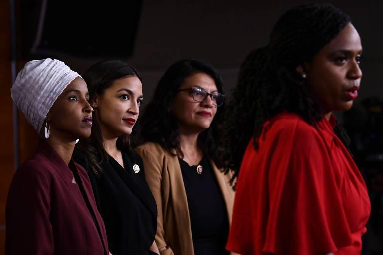 As deputadas Ilhan Omar, Alexandria Ocasio-Cortez, Rashida Tlaib e Ayanna Pressley (da esquerda para a direita) respondem aos ataques de Trump durante entrevista em Washington