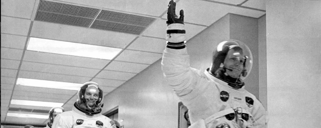 Antes de embarcarem na Apolo 11, Neil Armstrong (à dir.), Mike Collins e Buzz Aldrin (atrás) caminham rumo à espaçonave que os levaria à Lua