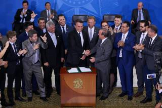 Bolsonaro assina decreto que flexibiliza controle de armas no país, em Brasília