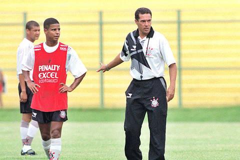 Futebol: o jogador Marcelinho Carioca durante treino do Corinthians recebe orientação de Wanderley Luxemburgo. [FSP-Esporte-Ed.Nacional-29.01.98]*** NÃO UTILIZAR SEM ANTES CHECAR CRÉDITO E LEGENDA***