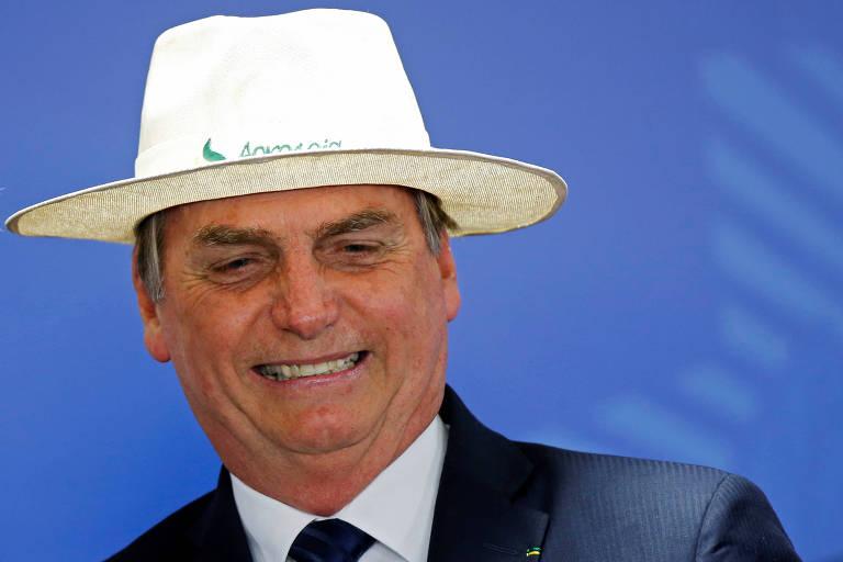 O presidente Jair Bolsonaro usa chapéu na cerimônia de posse do novo presidente do BNDES, Gustavo Montezano, em Brasília