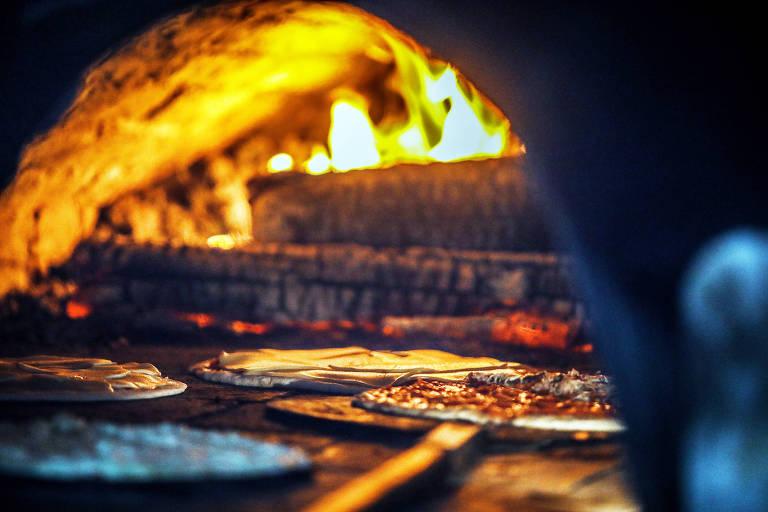 Dois fornos à lenha assam mais de mil pizzas por semana