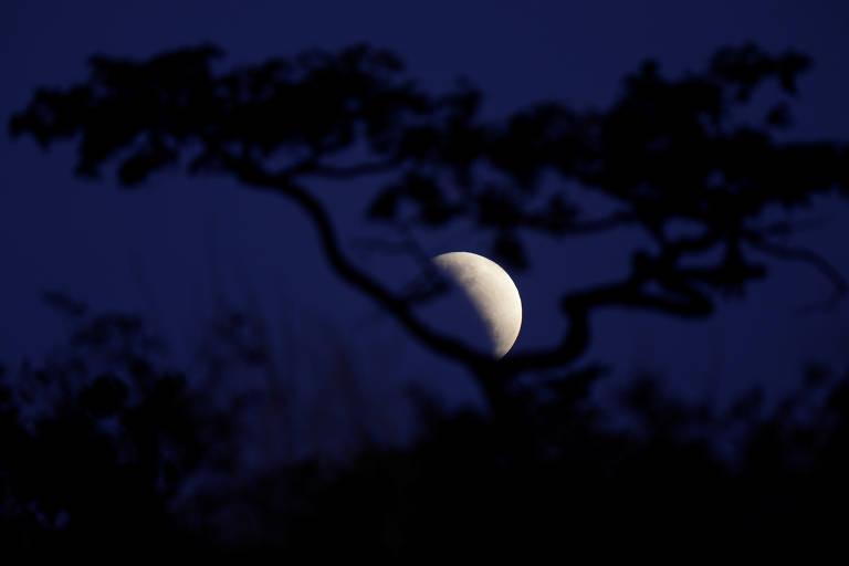 Eclipse lunar é visto pelo mundo