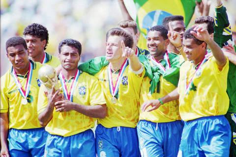 PASADENA, EUA, 17-07-1994: Futebol - Copa do Mundo, 1994: da esquerda para á direita, os jogadores Mauro Silva, Márcio Santos, Romário, Dunga, Viola e Cafú, da Seleção Brasileira, durante a comemoração do tetra-campeonato após a vitória da Seleção Brasileira sobre a Seleção da Itália, por 3 a 2 na decisão dos pênaltis, após empate de 0 a 0 na prorrogação e no tempo normal, no Estádio Rose Bowl, em jogo válido pela final da Copa do Mundo de 1994, em Pasadena, Los Angeles (EUA). (Foto: Pisco Del Gaiso/Folhapress)