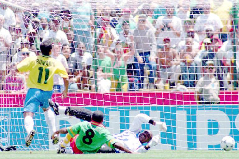 Romário bate na saída do goleiro para marcar o primeiro gol diante de Camarões