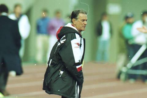 TÓQUIO, JAPÃO, 12-12-1993: Futebol: o técnico Telê Santana da equipe do São Paulo, durante a vitória do São Paulo contra a equipe do Milan, por 3 a 2, em jogo válido pela final do Mundial de Clubes de 1993, no Estádio Nacional de Tóquio, em Tóquio (Japão). (Foto: Jorge Araújo/Folhapress)