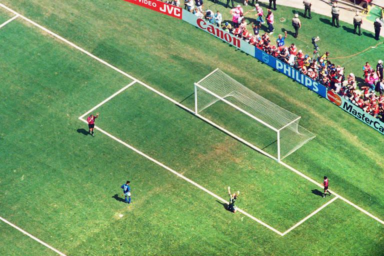 Baggio desperdiça o pênalti que decreta o tetracampeonato da seleção brasileira nos EUA