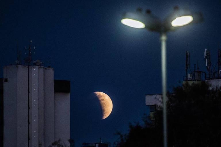 Leitores da Folha enviam fotos do eclipse lunar