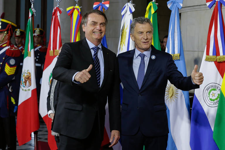 """Macri e Bolsonaro fazem """"joinha"""" com as mãos"""