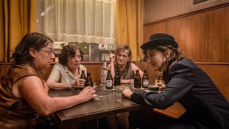 Veja imagens do filme 'O Bar Luva Dourada'