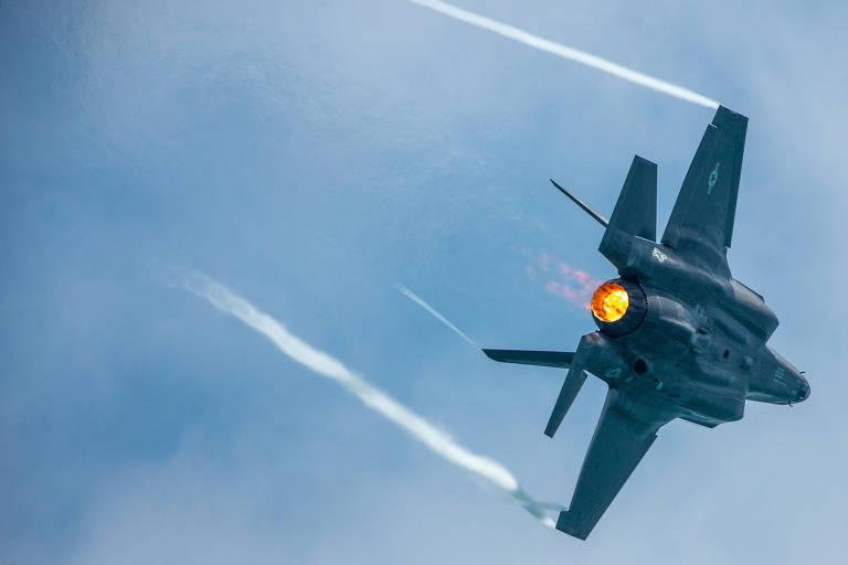 Caça F-35 da Força Aérea dos EUA faz manobra durante evento em Miami, na Flórida