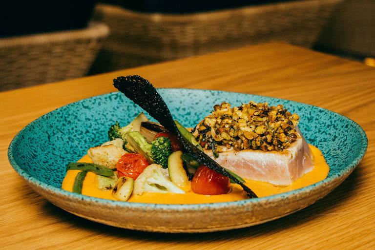 Atum com crocante de pistache sobre creme de pimentões assados é uma das opções do menu do Coz