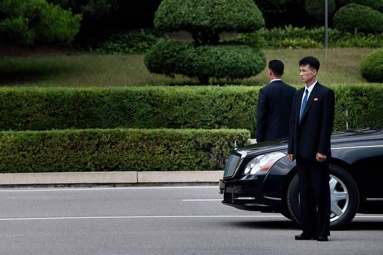 Segurança norte-coreanos guardam carro de luxo usado
