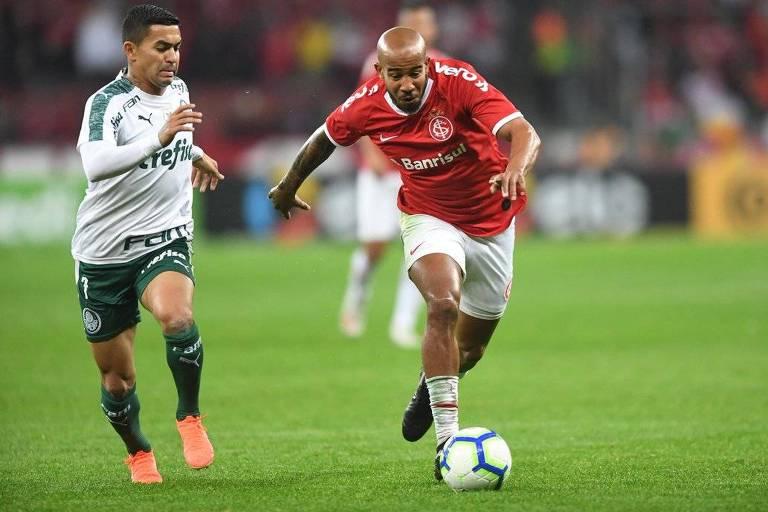 Colorado Patrick passa pelo atacante palmeirense Dudu no duelo de quartas de final da Copa do Brasil, no estádio Beira-Rio