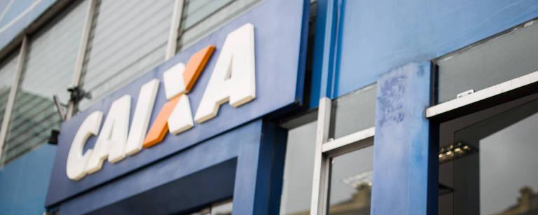 Idosa entra em agência da Caixa Econômica Federal na rua das Palmeiras, em Santa Cecília, na região central de São Paulo